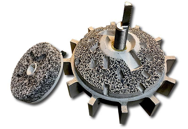 Links ein üblicher Mahlstein, rechts der Elsaesser Mahlstein aus Basalt in Magnesitbindung